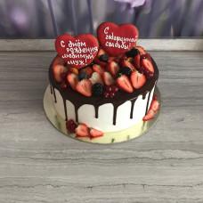 Ягодный торт с шоколадными подтеками