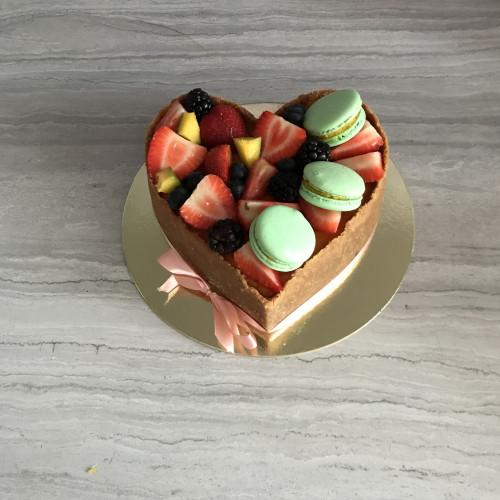 Чизкейк в ягодном оформлении с макаронс